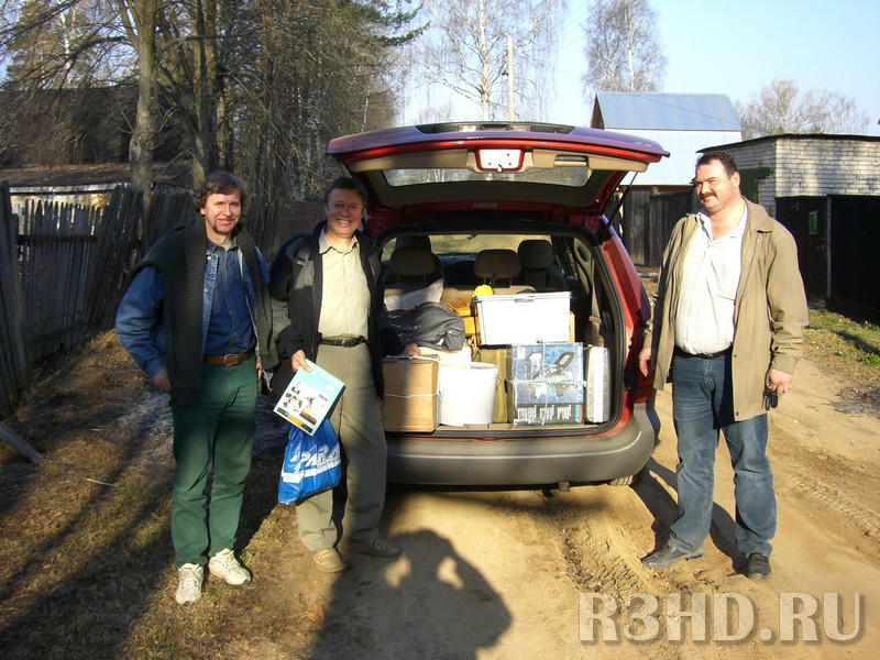 У дома. Слева направо: брат Андрей, автор, RZ3FR