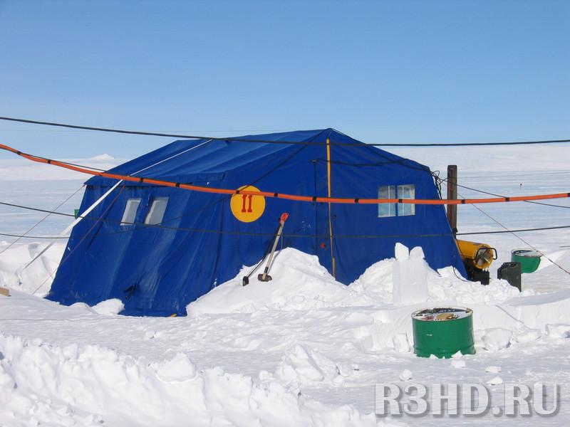Первое жилье в Антарктиде. Правее – обогреватель МАСТЕР.